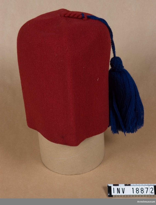 Röd fez med blå tofs.