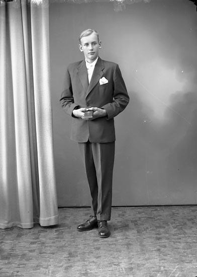 """Enligt fotografens journal nr 8 1951-1957: """"Johansson, Roger, Nordhem, Ucklum""""."""