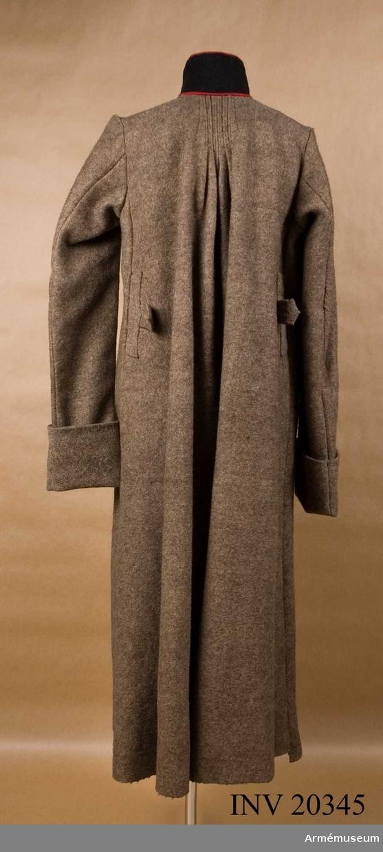 """Grupp C I. Rysk kapott- Kappa för menig vid artilleriet eller special- trupperna 1816, Ryssland.Av grovt brunt kläde, enkelknäppt med 6 knappar (som saknas). och 3 hyskor och hakar. Axelklaffar saknas. Foder av grov linnelärft. Krage av svart kläde med röd passpoal på övre och nedre kanten (denna passpoal på den nedre sk """"läder- kanten"""" infördes år 1816 vid de ryska specialtrupperna och artilleriet). Kragen är fodrad med mörkt kläde och sammanknäppt med 4 hyskor och hakar. Ärmuppslag av gråbrunt kläde."""