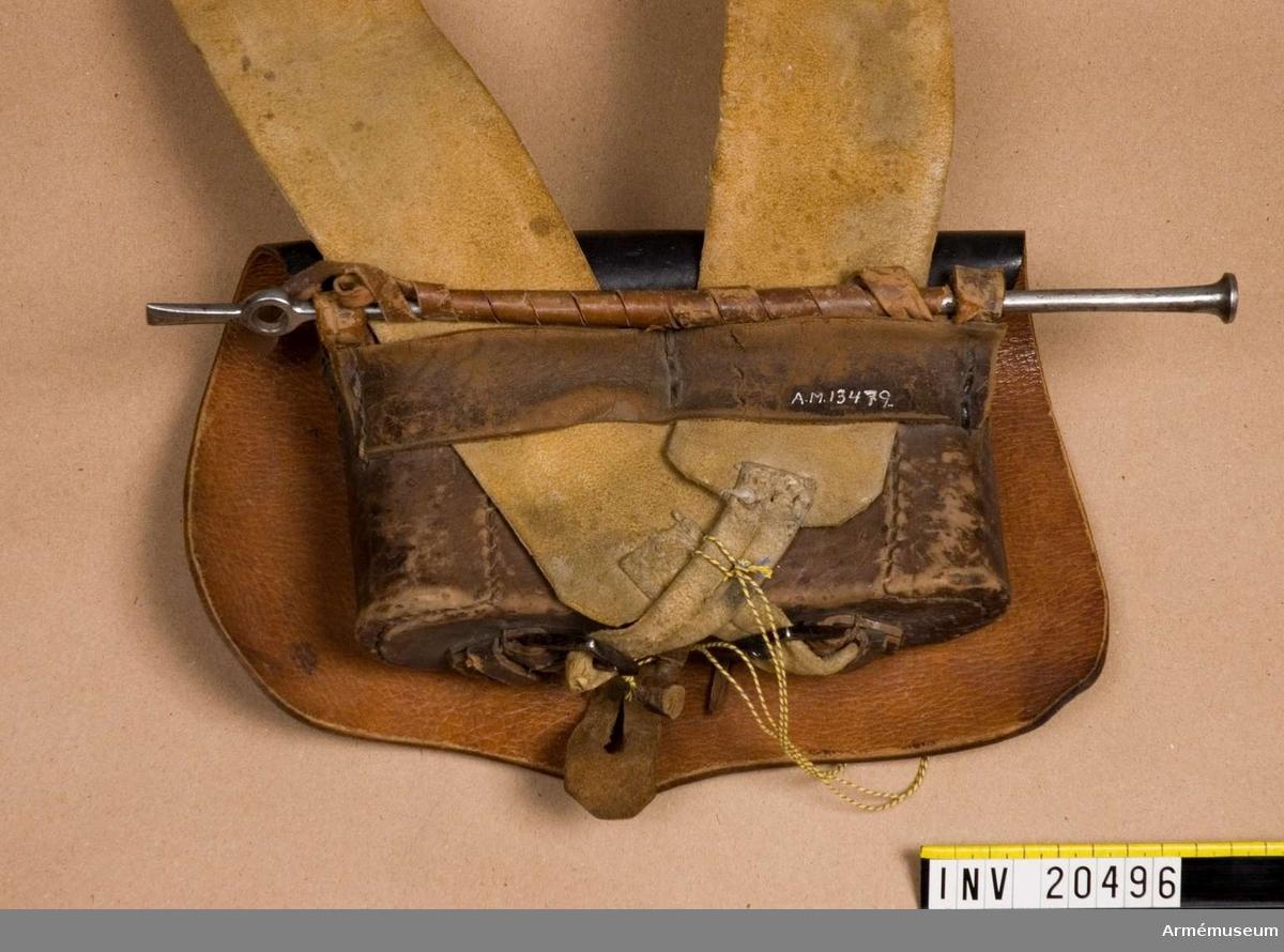 Patronväska med laddstock. Grupp C II. För menig beväpnad med pistol. Linjekavalleriregemente; 1820-30-talet, Ryssland. Låda med två delar: LOCK av lackerat läder, fastsytt vid lådan. På locket en rund mässings bricka med en ingraverad dubbelörn  =beteckning på linjetrupper. På baksidan av brickan tre öglor, med vilka den, med hjälp av en smal rem fästes vid locket. På baksidan av locket finns en liten läderlapp med knapphål, med vilken locket fästes vid lådan. LÅDA av metall klädd med brunt läder. På sidorna finns två halvrunda läderlock.  På baksidan finns två korta remmar fastsydda på sidorna. På nedre delen finns två spännen och en knapp av läder fastsydda. På övre delen är två remmar fastsydda, vid vilken pistolladdstocken är fästad. Laddstockens längd: 320 mm. LITT  J Eletz, Gradnohusarens historia, S Petersburg,  sida 391: Enl dagorder den 17/6 1826 kostade kartuschlådan med bricka och bandolär 6 rubel och 23 kopek. Armée Russe, Pajol, 1854, sida 36: kartuschlådan syns på den avbildade soldaten.