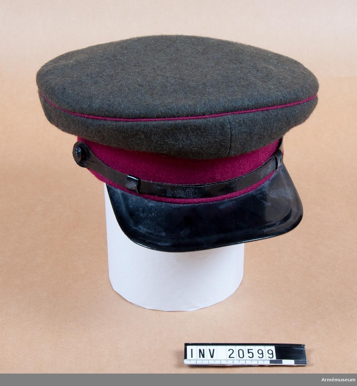 Grupp C I. 1925. Mössa som består av två delar: Övre delen av mörkgrönt kläde med körsbärsrött passpoal.  Nedre delen av körsbärsrött kläde. På framsidan en femuddig stjärna av röd emalj med bronsrand  omkring. På stjärnan hammare och skära av brons. Foder av gummityg kring mössans nedre del och grått tyg inuti densamma. Hakrem av lackerat gummityg med två svarta sovjetknappar med hammare och skära på sidorna. Skärm av lackerat läder. LITT  Knötel-Sieg, Handbuch der Uniformenkunde, Hamburg, s 341: Mössan, vars nedre del är körsbärsröd, tillhör infanteriet eller högsta befälet i staben och infördes i sovjetarmén år 1935. Jfr. fig. samma sidan.