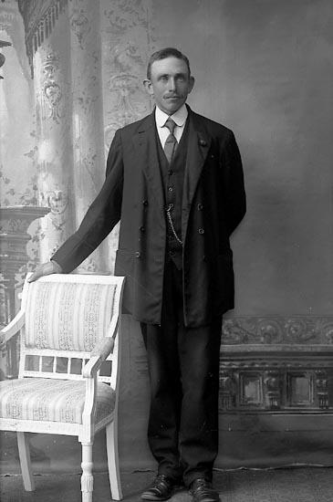 """Enligt fotografens journal Lyckorna 1909-1918: """"Johansson, Bernh. Dyrhufvud Ljungskile""""."""