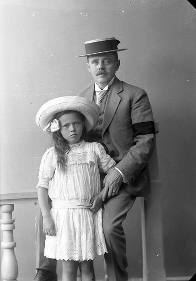 """Enligt fotografens journal nr 2 1909-1915: """"Månsson, Disponen, Månsbo Ön""""."""