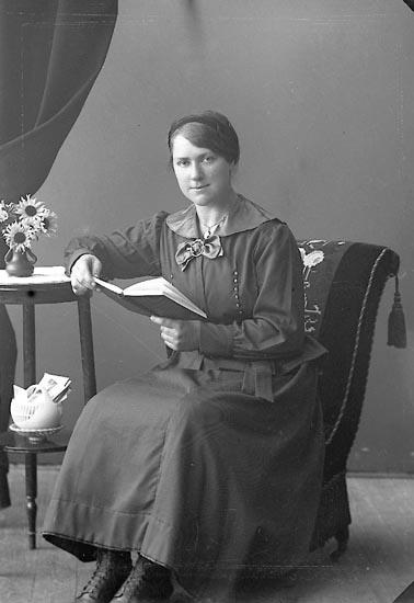 """Enligt fotografens journal nr 4 1918-1922: """"Larsson, Margot Utby Hjälteby""""."""
