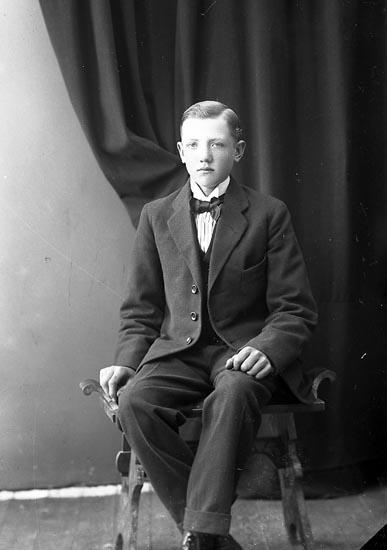"""Enligt fotografens journal nr 4 1918-1922: """"Mattsson, Gunnar Anvik Spekeröd""""."""