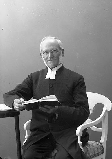 """Enligt fotografens journal nr 4 1918-1922: """"Jacobi, Pastor Lars Högsäter""""."""