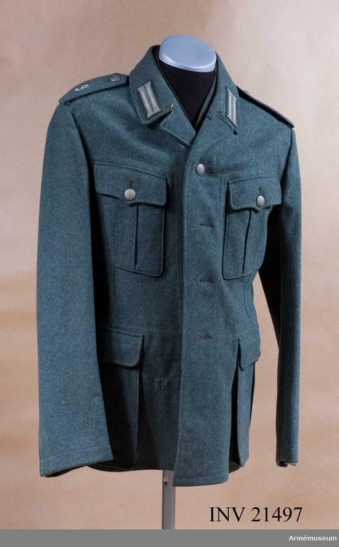 Grupp C I. Ur uniform för manskap vid infanteri i Tyskland. Består av vapenrock, ridbyxor, långbyxor, lägermössa, skärmmössa, kappa, regnkragen, ylletröja. Av grön-grått kläde. Enradig med 4 knappar. Axelklaffar av samma tyg, b:45 mm. Foder av grått tyg.
