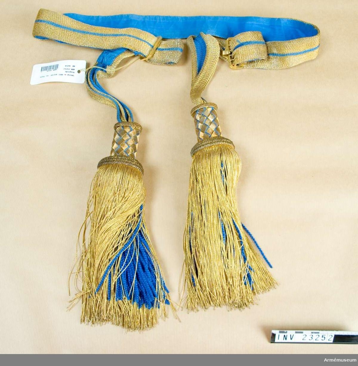 Grupp C:I. Skärp m/1817 (g.o.30/5 1817 ).Ur stor högtidsdräkt för överste vid Svea livgarde och består av rock, epåletter, kask, plym, mössa, byxa, skärp, koppel, kängor,  sporrar och handskar.