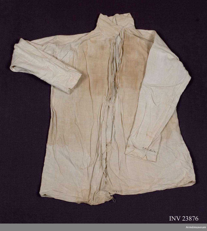 Grupp C I. Skjorta av linne. Uniform för underofficer vid Södermanlands regemente 1765-79. Består av rock, väst, knäbyxor, grenadjärmössa, skor, handskar, dammasker, mässingsspänne, skjorta.