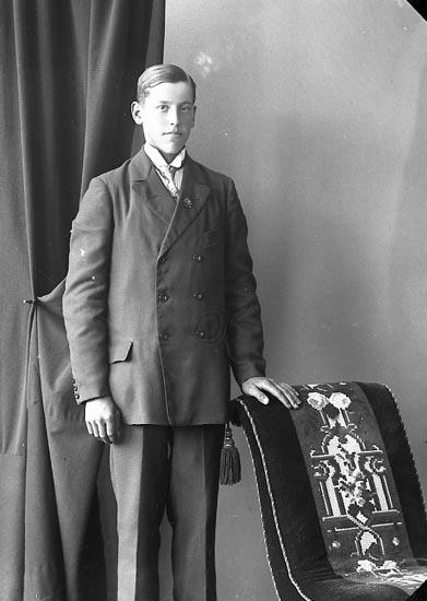 """Enligt fotografens journal nr 4 1918-1922: """"Andersson, Oskar Stripplekärr, Ödsmål""""."""