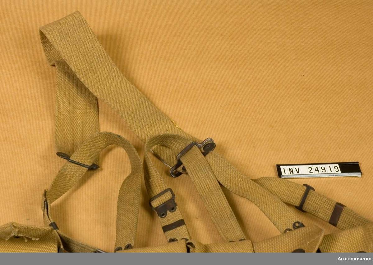 """Samhörande nr 24918-9, patronbälte, gehäng. Grupp C II. Gehänget består av tre par remmar, b:25 mm, av samma """"wibbing"""" som i patronbältet med en bred rem, 55 mm, för att koppla samman tornistern med livremmen. Alla remmar har järnspännen och järn- beslag på ändarna. LITT  se AM 24918.Enl kapten Granberg."""