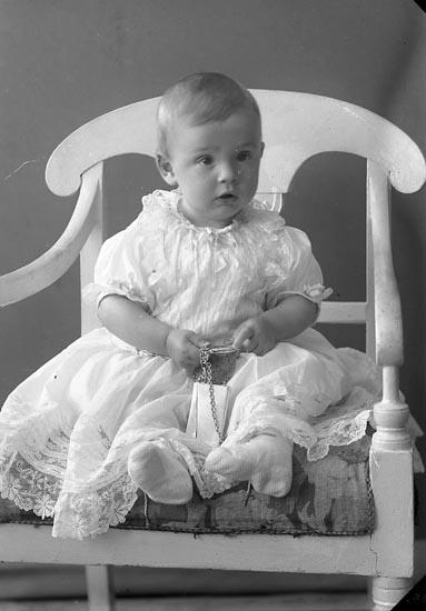 "Enligt fotografens journal nr 2 1909-1915: ""Steen, Arkitekt gosse Ön""."