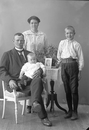 """Enligt fotografens journal nr 4 1918-1922: """"Johansson, Herr Här""""."""