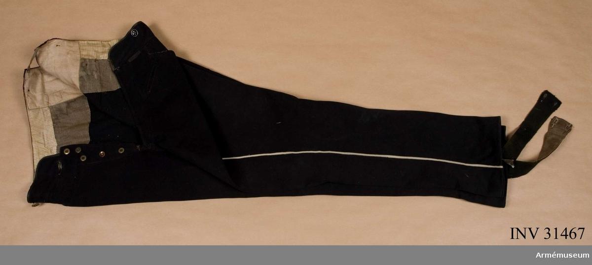 Grupp C I.  Ur uniform för officer vid Livreg:s dragonkår; 1849-59.  Består av vapenrock, byxa, kask, epåletter, kartuschrem, stövlar, koppel, sporrar, skärp, halsduk, portepé, kartuchsväska. Enligt go 18/10 1845.  Samhörande nr är AM.031465-AM.031476.