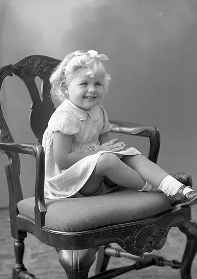 "Enligt fotografens journal nr 6 1930-1943: ""Karlsson, Kerstin (Gösta K.) Stenungsund""."