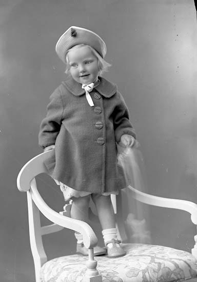 """Enligt fotografens journal nr 6 1930-1943: """"Abrahamsson, Elna Bräcke Ödsmål""""."""