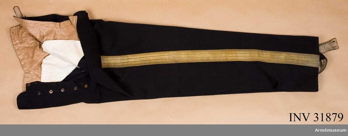 Grupp C I. Ur uniform för officer vid Kungliga Livregementets Dragon Corps. Består av vapenrock, epåletter, långbyxor, skärp, kartuschrem, kask, sabelkoppel.