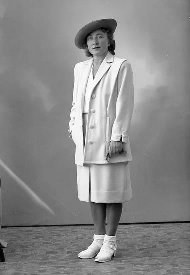 """Enligt fotografens journal nr 7 1944-1950: """"Fridholm, Fru Gerd Ön""""."""