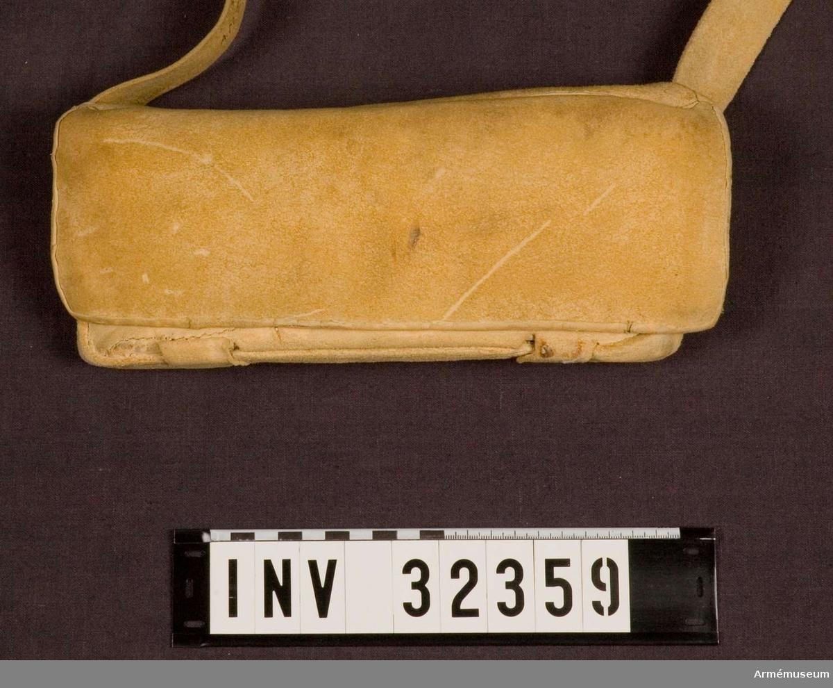 Grupp C I.  Ur uniform för Livregementet till häst för det övriga  kavalleriet; 1683-1781. Består av kyller, harnesk, byxa,  kartusch, rem, hatt, bandolär, stövlar, sporrar, sporrkappor,  halsduk, hårprydnad, portepé, gehäng, spänne, rem t karbin. Kartuschen innehåller en bleckplåtsinsats med rum för 12 patroner med 18 mm kaliber.