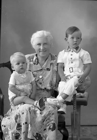 """Enligt fotografens journal nr 7 1944-1950: """"Carlsson, Fru Hedvig Ödsmål""""."""