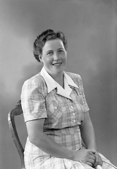"""Enligt fotografens journal nr 7 1944-1950: """"Engelbrekt, Fru Elsa Solgården Här""""."""