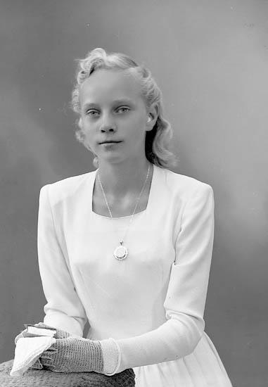 """Enligt fotografens journal nr 7 1944-1950: """"Hansson, Ulla Bråland, St. Höga""""."""