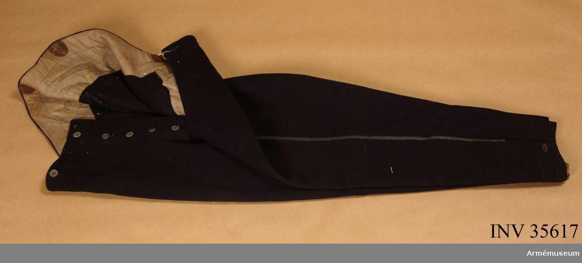 Ridbyxor enligt go 28/2 1893. Grupp C I. Ur uniform för manskap vid Norrlands dragonregemente; 1893-1895. Består av vapenrock, ridbyxor, kask med plym, sabelhandrem.
