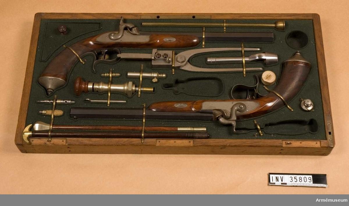 Grupp E III.  Samhörande nr är 35808-09, pistol, låda med tillbehör.