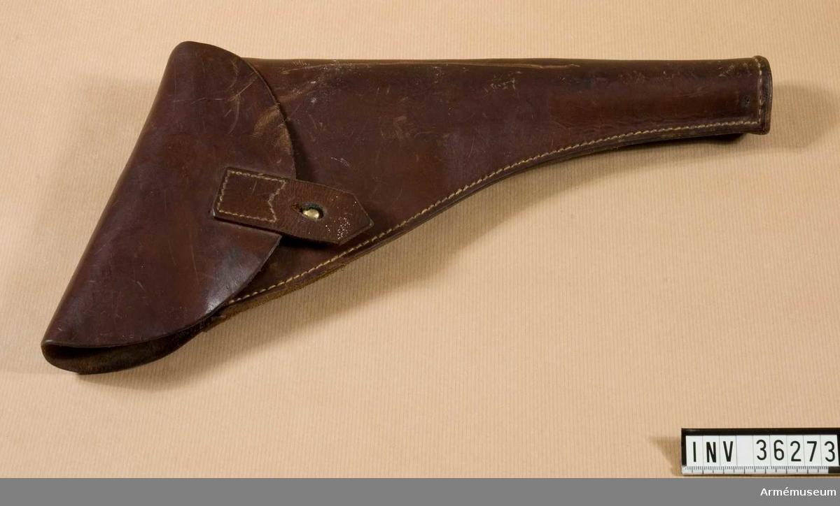 Grupp E III i.  Kal. 25 mm.  Samhörande nr är AM.036272-AM.036274, pistol, hölster, patronväska.