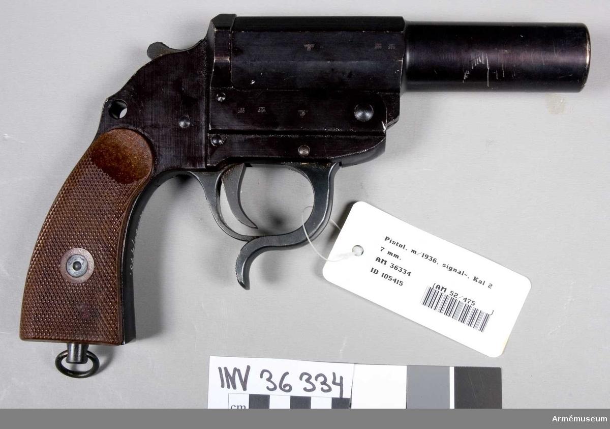 """Grupp E III.  Den brungjorda pistolen har pipa med åttakantigt kammarstycke samt runt långt fält. Nedtill på pipans vänstra sida 8213 n och på baskylens vänstra sida finns tyska riksvapnet under nazisttiden samt m 280 under en stiliserad örn inslaget 2 gånger. Vapnet har yttre hane och öppnas genom att trycka en över varbygelns främre del placerad hävarm uppåt, då pipan kastas upp av en särskild spiralfjäder. Kolvskenorna är av brun finrutig bakelit. """"Auf"""" var under kriget 1939-1945 beteckningen för firman ERMA (B Geipel G.m.b.H.) Waffenfabrik Erfurt. Pistolen är tillverkad av lättmetall. Från tygavdelningens underhållsbyrå."""