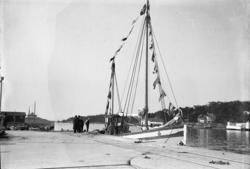 Målfartyg vid kappseglingen, vid betongkajen i Stenungsund