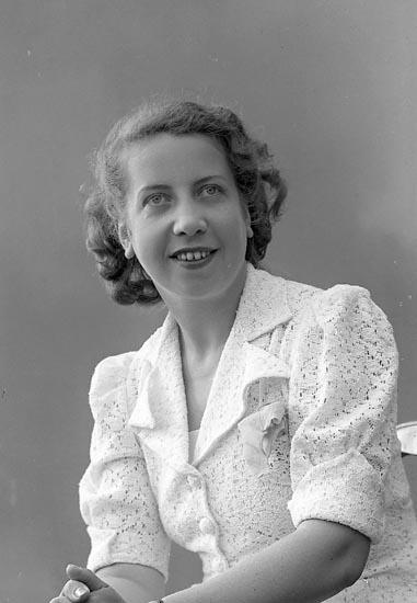 "Enligt fotografens journal nr 6 1930-1943: ""Åkermark, Fr. Bibbi Stenungsund""."