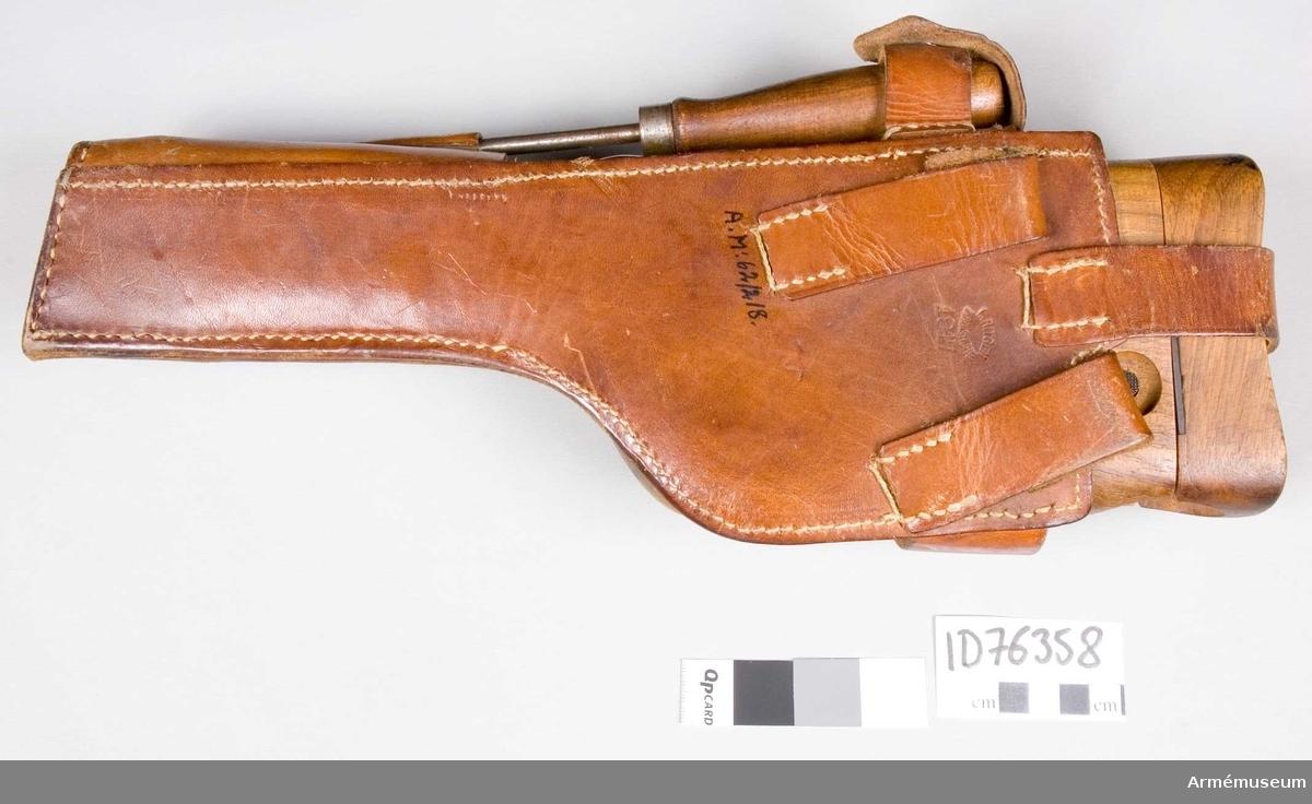 Grupp E III. Bärhölster till 8,8 mm automatpistol. Hölster av läder med fastsittande läskstång.