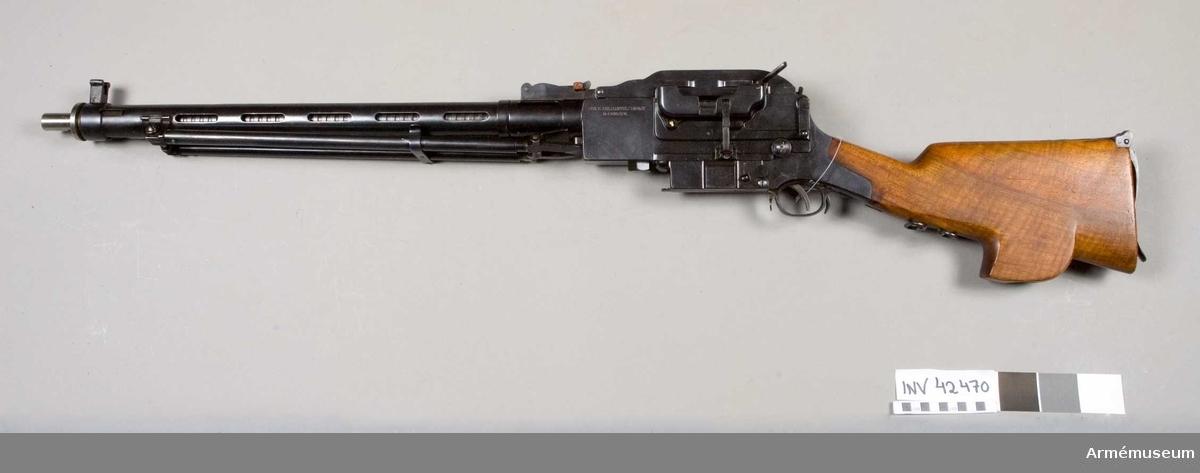 Grupp E IV b.  Samhörande nummer är 42470-2, kulsprutegevär, låda, tillbehör.
