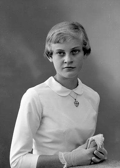 """Enligt fotografens journal nr 8 1951-1957: """"Karlsson, Ulla-Britt Törreby Jörlanda""""."""