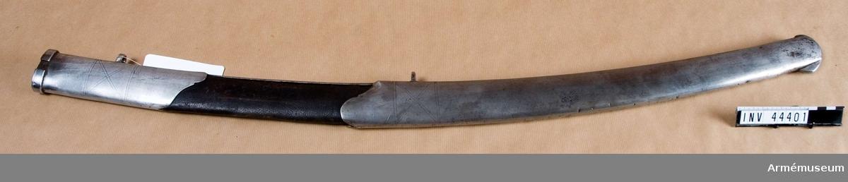Grupp D II. 1700-talets senare hälft.  Baljan är lika AM 36621, och har samma ornering som denna, men på ryggsidan förstärkes den av en 13 mm bred skena, vars övre ände är instucken under munbleckets nedre och den nedre är instucken under släpskons övre kant. Skenan fasthålles i nedre änden av en skruv, som först går genom släpskon, men i den övre av en nit, som först går genom munblecket en liten bit ovanför  dess nedre ände. Munbleck och släpsko är hoplödda med mässing. Bägge koppelringarna saknas år 1955. Enligt vid sabeln av J Alm fästad etikett skall modellåret vara 1791, vilket t.ex. helt överensstämmer med AM 36621.