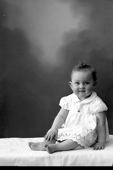 "Enligt fotografens journal nr 9 1958-: ""Offerlind, Herr Björkdala, Stenungsund"". Enligt fotografens notering: ""Eva Offerlind, Björkdala, Stenungsund""."