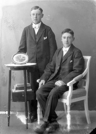 """Enligt fotografens journal nr 5 1923-1929: """"Mattsson Folke o Göte Askerön""""."""