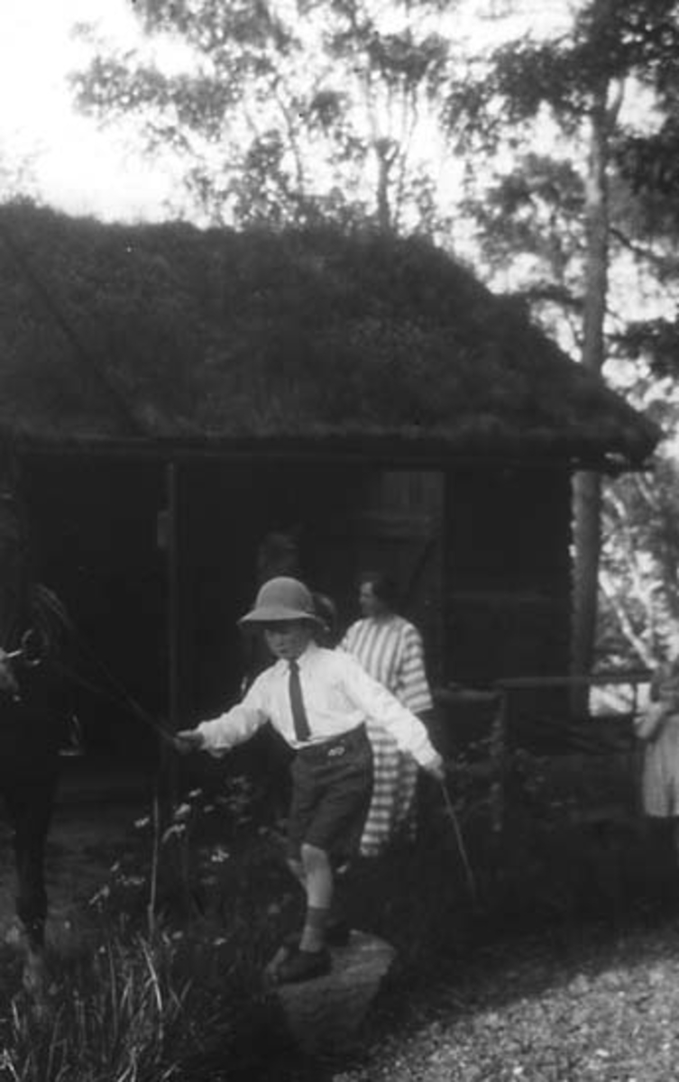 Patrick Lithander framför Sjöstugan, Skogsbo, Banvägen i Pixbo