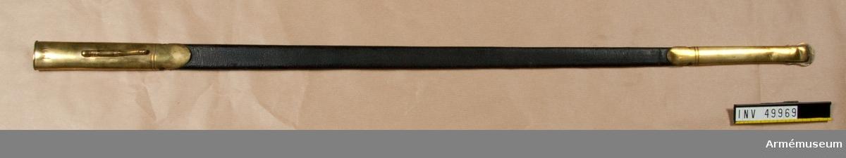 Grupp D II.  Baljan är klädd med svart läder och har doppsko samt med koppelhake försett munbleck av ursprunglingen förgylld mässing. Bars åren 1842-1852 av dåvarande löjtnanten vid Kungliga Livbeväringsregementet, Eric Oscar (?) von Knorring, född 1822-02-23, död 1891-12-25.  Samhörande nr är 49968-9, värja, balja.