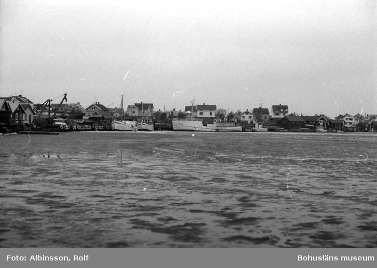 """Enligt fotografens noteringar: """"Hamnen på Hasselösund. Även här ligger det några båtar."""" Fototid: 1996 den 12 januari."""