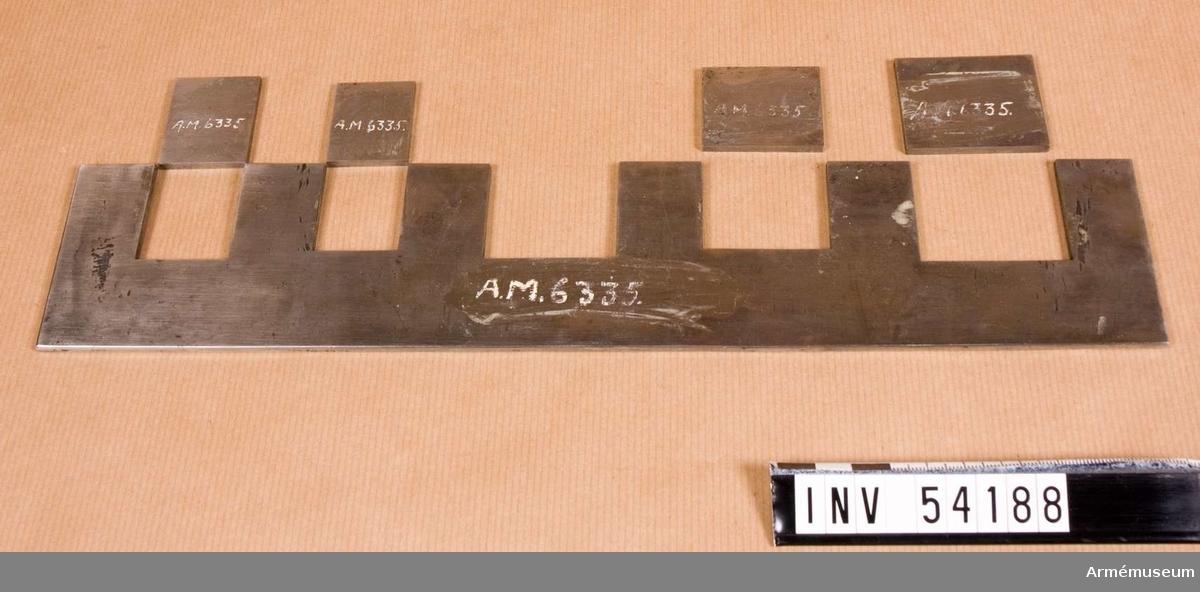 Grupp E VIII. Ingår i en sats instrument för besiktning av studsare- och  flankörpistol m/1850. Satsen omfattar kalibertolkar, sadelbleck för kolv och pipa, brillor, skiva till  låsskruv, krypbleck för lås och andra delar och låda.