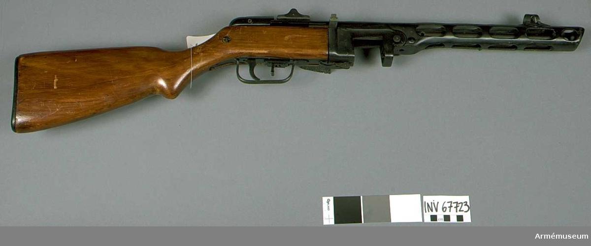 """Kulsprutepistol m/1941, system Sjpagin. Vapnet är obrukbart; uppborrat hål i pipan 6 mm. Hel längd 845 mm. Piplängd 270 mm. Vikt 3700 g. Tillverkningsnr AM 3923, år 1944. Märkt med """"Sovjetrepublikens"""" stjärna, 75 (9) A.  Bestående av 6 delar: kulsprutepistol m/1941, gevärsrem av väv, trummagasin 71-skotts, ammunitionsväska av väv (1975:9654), avsedd för ett 71-skotts  trummagasin, läskstång, slagfjäderstång med bakstycke av konstmassa. Givare Sovjetiska arméns centralmuseum."""