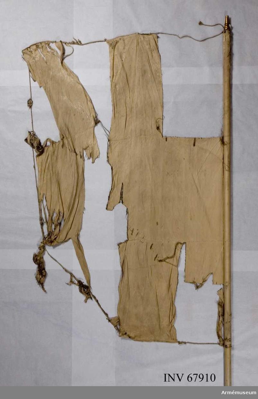 Duk: Tillverkad av enkel, vit sidenkypert, sydd av tre horisontella våder. Kantad med vit silkessnodd. Fäst vid stången med tennlickor och silkesband.  Dekor: Saknas.  Stång: Tillverkad av vitmålad furu. Holk av förgylld mässing.