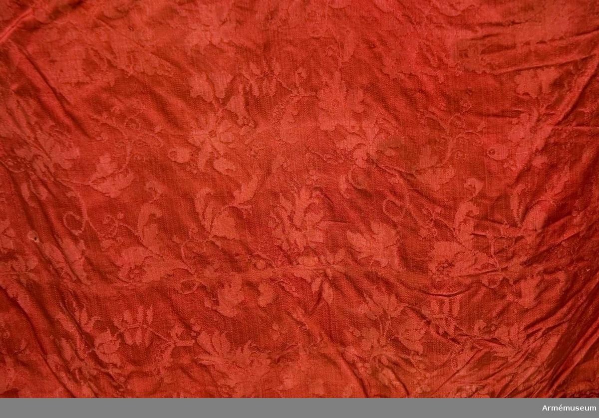 Duk: Tillverkad av enkel, röd sidendamast sammansydd av två våder. Duken fäst med tre rader tennlickor på ett gult och rött mönstervävt band.  Dekor: Målat omvänt lika på båda sidor i övre, inre hörnet Stor-Finlands vapen, ett mot stången vänt dubbelsvansat lejon förande med vänster framfot en sabel under sig och med höger, som är harneskklädd, ett upplyft svärd, båda med klingor i silver och fästen i guld, åtföljt av nio silverrosor.  Frans: Dubbel, av rött silke.   Stång: Tillverkad av trä, kannelerad. Löpande bärring.
