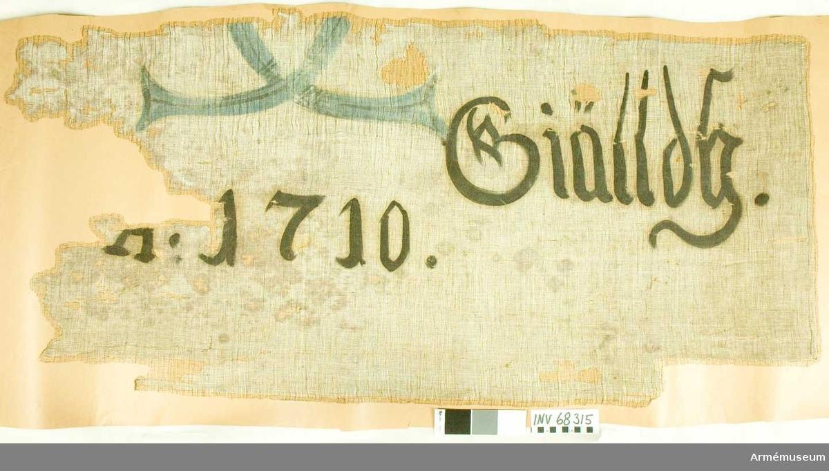 Duk: Tillverkad av enkel vit linnelärft.   Dekor: Målat spegelmonogram C med årtal och text.