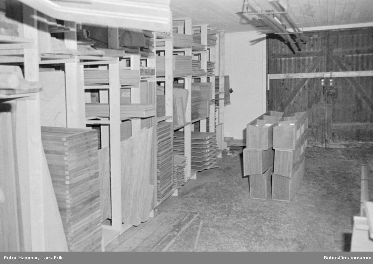 """Motivbeskrivning: """"Widholms industri AB, maskinsnickeriet, Brastad. Förråd för inredningssnickerier."""" Datum: 19800911"""