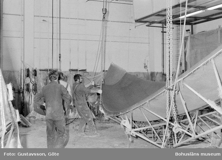 """Motivbeskrivning: """"Gullmarsvarvet AB, på bilden syns bl.a Kenneth Eklund (längst till höger)."""" Datum: 19801031"""