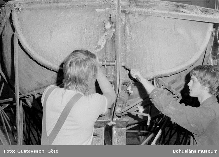 """Motivbeskrivning: """"Gullmarsvarvet AB, mutterdragare för hopsättning av skrovform.  På bilden syns från vänster Magnus Sundström och Arne Vejerbom."""" Datum: 19801031"""