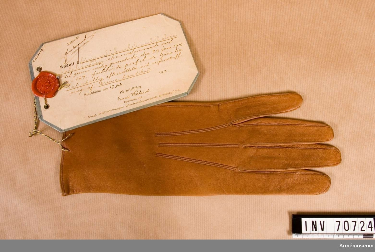 Grupp C:I. Färgprov m/1911 å brunt skinn /vänsterhanske/ till glacerade hanskar att tjäna till huvudsaklig efterrättelse vid anskaffning av bruna hanskar.